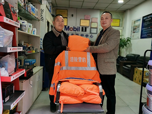 重庆涪陵:爱心企业捐赠雨衣解雪豹救援队雨天出勤燃眉之急