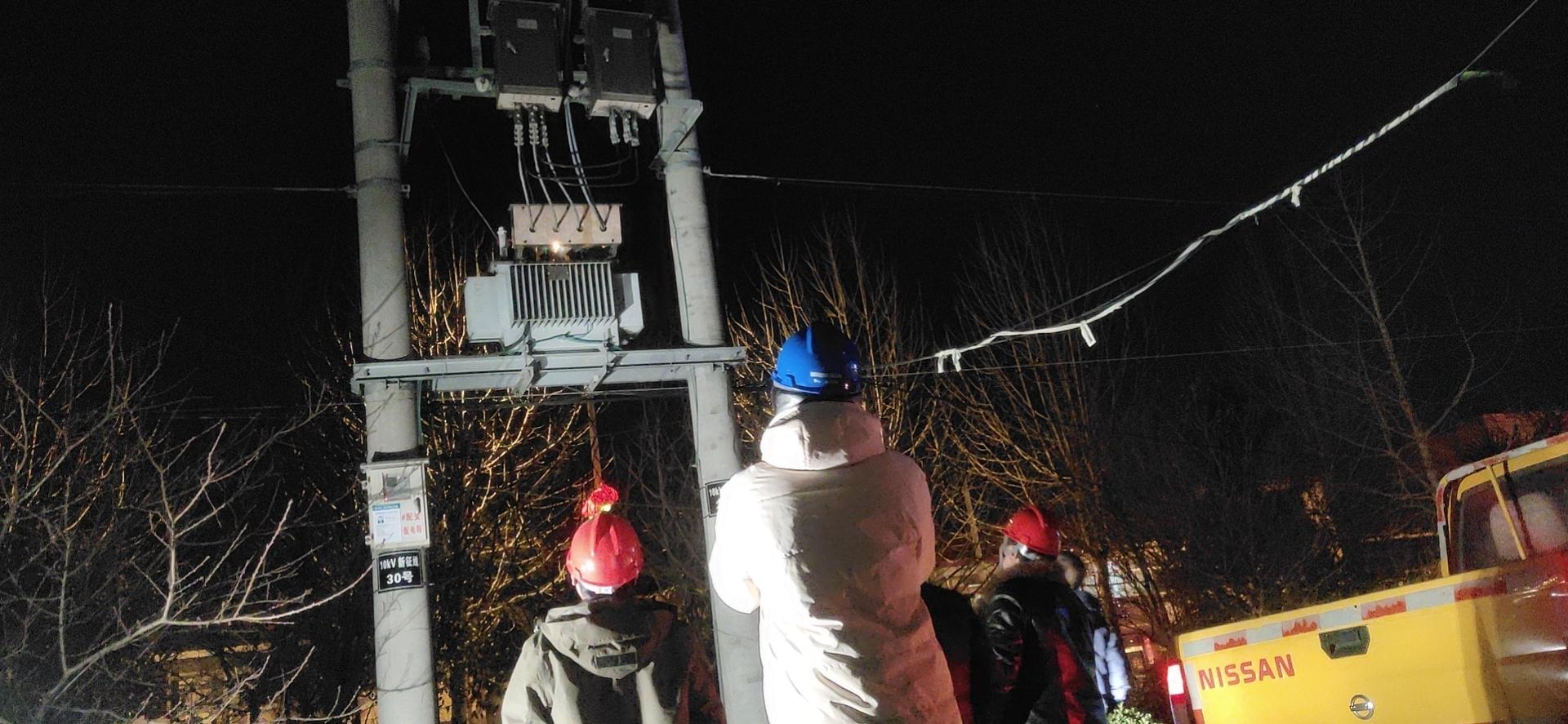黄尖供电所进行夜间测温特巡