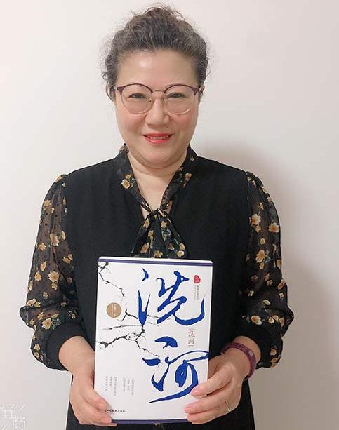 濮阳作者向大连熊猫侠义工宗爱玲爱心团队捐赠文学图书《洗河》